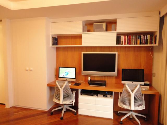 Bancada de escritório personalizada em madeira e armários em laca