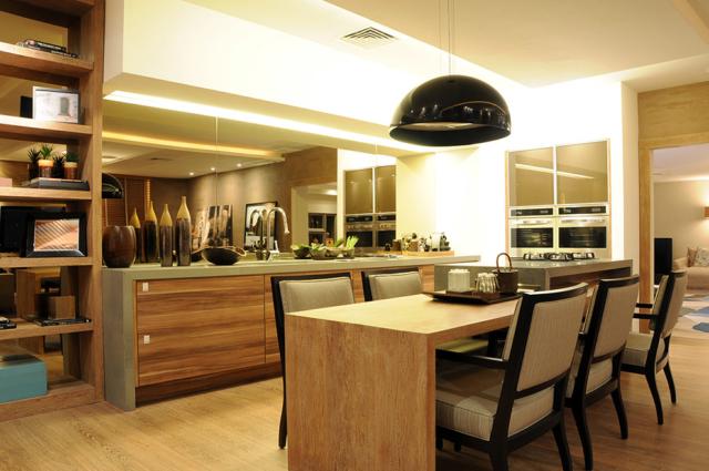 mesa e armários customizados em madeira
